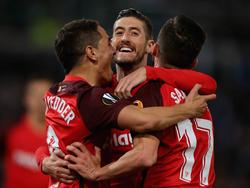 Ben Yedder (izq.), Escudero (centro) y Sarabia se abrazan tras el gol. (Foto: Getty)