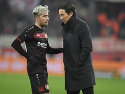 Bayer-Coach Roger Schmidt (r.) darf wohl weitermachen, obwohl es keinen Sieg gegen Köln gab