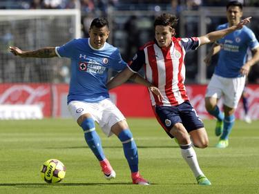 Disputa de balón durante el Cruz Azul-Guadalajara (Foto: Imago)