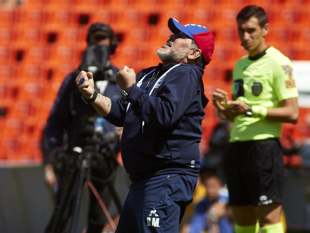 Diego Maradona celebra su primera victoria con Gimnasia.