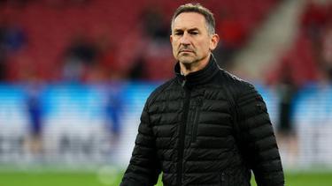Der Mainzer Trainer Achim Beierlorzer vor Spielbeginn im Stadion