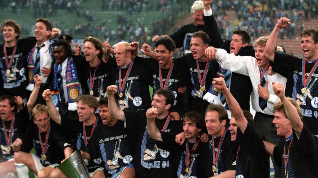 Die Eurofighter des FC Schalke 04 bejubeln ihren Sieg im UEFA-Cup