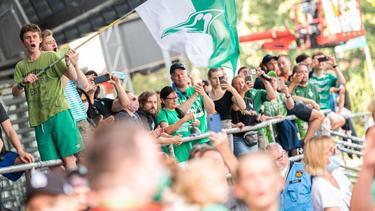 Fans von Werder Bremen feiern den überraschenden Einzug in die Relegation