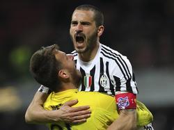 Bonucci y Beto se abrazan al final del partido en Milán. (Foto: Getty)