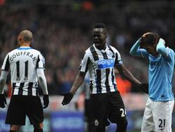 Cheik Tioté (m.) reageert geëmotioneerd tijdens Newcastle United - Manchester City. (12-1-2014)