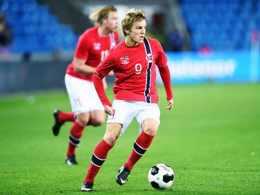 Martin Ødegaard in balbezit namens Noorwegen in de wedstrijd tegen Estland. (12-11-14)