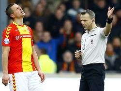Wesley Verhoek (l.) is het tijdens Go Ahead Eagles - Ajax duidelijk niet eens met de beslissing van scheidsrechter Björn Kuipers. (08-02-2015)