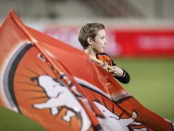 Voor aanvang van het duel met Fortuna Sittard zwaait een jongetje in de line-up met de vlag van FC Oss. (27-02-2015)
