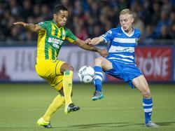 Roland Alberg (l.) duelleert met Rick Dekker (r.) om de bal tijdens PEC Zwolle - ADO Den Haag. (19-09-2015)