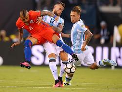 Otamendi bringt Vidal zu Boden
