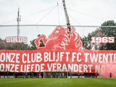 Supporters van FC Twente laten ook tijdens de voorbereiding op het nieuwe seizoen weten dat ze achter hun cluppie blijven staan. (16-07-2016)