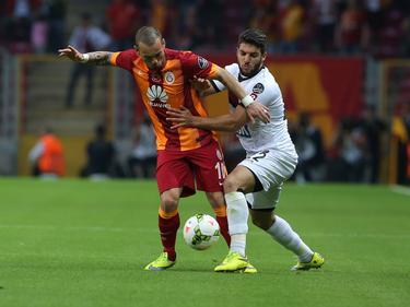 Wesley Sneijder (l.) vecht een duel uit met Moestafa El Kabir (r.) tijdens het competitieduel Galatasaray - Gençlerbirliği (16-05-2015).
