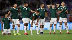 Los jugadores de las Chivas ven los lanzamientos de penalti unidos. (Foto: Getty)