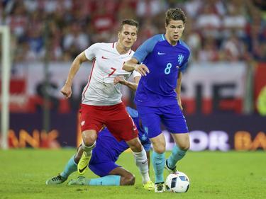 Marco van Ginkel (r.) is Arkadiusz Milik (l.) te snel af tijdens de oefenwedstrijd Polen - Nederland (01-06-2016).