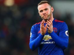 Wayne Rooney bedankt na afloop de fans van Manchester United. Hij heeft zijn ploeg een punt bezorgd in het uitduel met Stoke City. (21-01-2017)