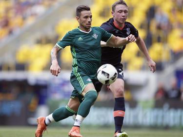 Rubén Castro lleva la bola como jugador verdiblanco. (Foto: Getty)