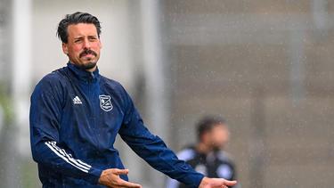 Unterhachings Trainer Sandro Wagner kann derzeit nur auf eine Handvoll Spieler zurückgreifen