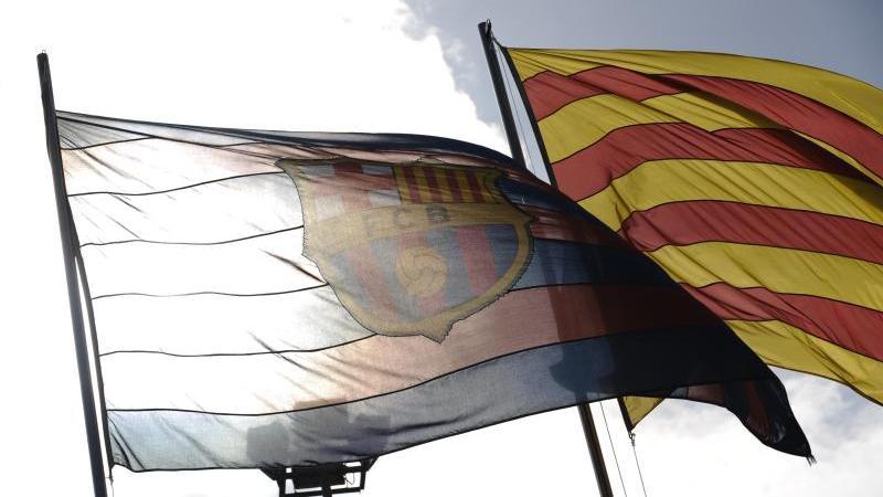 Die Fahne des FC weht neben einer Flagge Kataloniens