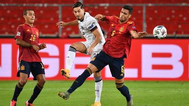 Treffen sich in Sevilla wieder: Thiago (l.), Suat Serdar (M.) und Mikel Merino (r.)