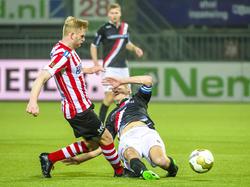 Sander Rozema (r.) komt te laat met zijn tackle en kan niet voorkomen dat Mart Dijkstra (l.) de bal naar voren speelt tijdens Sparta Rotterdam - FC Emmen. (11-03-2016)