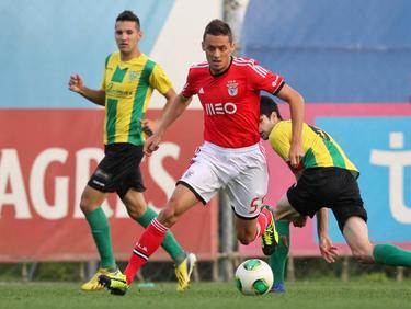 Uroš Matić in actie tijdens een duel van Benfica B. (28-10-2013)