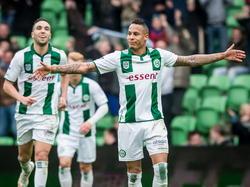 Tjaronn Chery (r.) laat zichzelf weer eens zien in Groningen. De aanvaller van de club maakt met een schitterende vrije trap de gelijkmaker tegen Feyenoord. (26-04-2015)