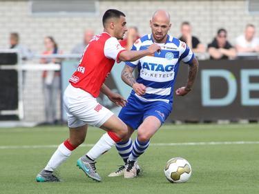 Hawbir Moustafa (l.) wordt onder druk gezet door Bryan Smeets (r.) tijdens het play-offduel om promotie/degradatie MVV Maastricht - De Graafschap (13-05-2016).