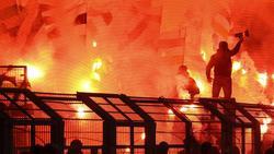 Gladbacher Fans brennen bei Borussia Dortmund bengalische Feuer ab