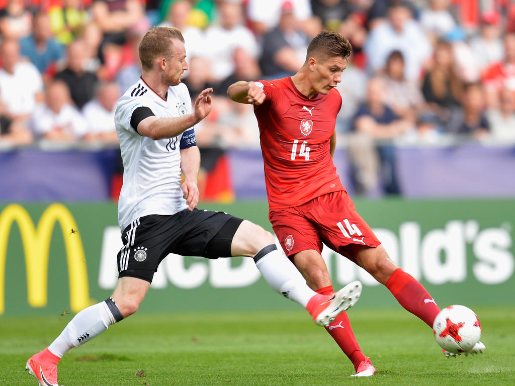 Maximilian Arnold (l.) ist Kapitän der DFB-Auswahl bei der U21-EM