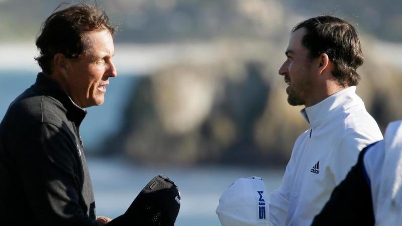 Phil Mickelson (l.) gratuliert Nick Taylor zum Sieg beim PGA-Turnier in Pebble Beach