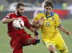 El madridista Nacho disputa un balón ante un jugador de Ucrania. (Foto: Getty)