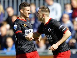 Luigi Bruins (l.) feliciteert Jeff Stans na zijn gelijkmaker tegen PEC Zwolle. (22-03-2015)