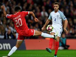 Jordan Henderson verstuurt een pass namens Engeland. Zach Muscat doet er alles aan om de bal te blokken. (08-10-2016)