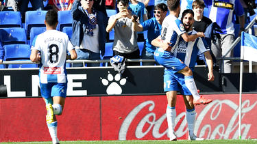 Borja Iglesias es felicitado por sus compañeros tras anotar.