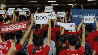 Hongkonger Fußballfans protestieren beim Abspielen der chinesischen Nationalhymne