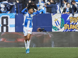 Youssef En-Nesyri celebra un gol con la hinchada pepinera.
