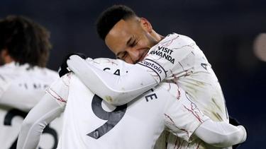 Alexandre Lacazette (M.) und Pierre-Emerick Aubameyang (r.) vom FC Arsenal bejubeln das Siegtor