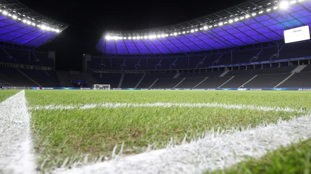 Im Berliner Olympiastadion wird ein neuer Rasen für Hertha BSC verlegt