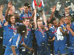 Didier Deschamps, Zinedine Zidane y  Thierry Henry, entre los campeones de Europa de 2000. (Foto: Getty)