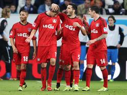 Stefan Kießling (2.v.l.) weiß offenbar nicht, wie ihm geschieht: Seine Teamkollegen Sidney Sam, Emir Spahic und Roberto Hilbert (v.l.n.r.) feiern den Leverkusener Stürmer für sein Phantomtor in der Bundesliga gegen 1899 Hoffenheim (18.10.2013).