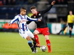 Excelsior-verdediger Bas Kuipers (r.) voert zijn verdedigende taak goed uit en tikt bij een tegenaanval van sc Heerenveen de bal voor de voeten van Luciano Slagveer (l.) weg. (11-12-2015)