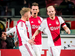 Zoals verwacht neemt Ajax de leiding in het thuisduel met hekkensluiter De Graafschap. Het is Arkadiusz Milik (m.) die in de eerste helft de 1-0 maakt. (20-12-2015)