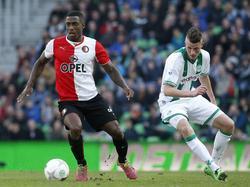 Ruben Schaken (l.) snelt voorbij Hans Hateboer (r.) tijdens FC Groningen - Feyenoord. (9-3-2014)
