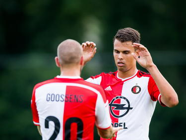 John Goossens (l.) feliciteert Mitchell te Vrede (r.) met zijn doelpunt tijdens het oefenduel ASWH - Feyenoord. (11-07-2014)