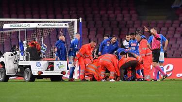 Sanitäter hatten sich nach dem Zusammenbruch um Napoli-Torwart David Ospina gekümmert