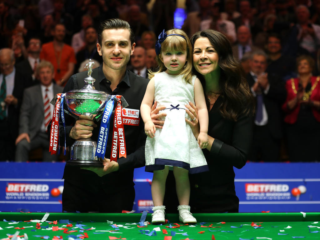 Snooker-Weltmeister Mark Selby jubelt mit Frau und Kind