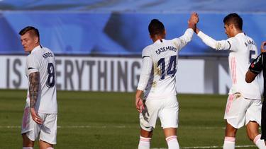 Toni Kroos (l.) und Real Madrid bleiben in La Liga im Titelrennen