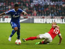 Michel Bastos (l.) in duel met Elkin Soto (r.) tijdens het duel Schalke 04 - Mainz 05. (16-02-2013)