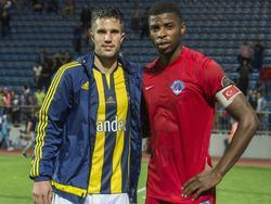 Robin van Persie gaat na het duel tussen Fenerbahçe en Kasımpaşa SK samen met Ryan Donk op de foto. De Nederlandse verdediger heeft zich daar opgewerkt tot aanvoerder.