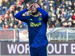 Lasse Schöne laat een grote kans liggen tegen Willem II en baalt daar duidelijk van. (22-02-2015)